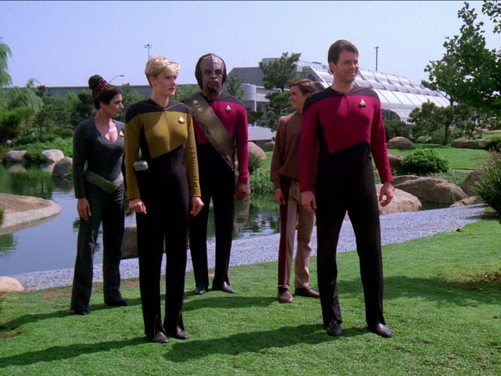 Ein Außenteam der Enterprise beamt sich auf Rubicun III. Screencap: Trekcore.com
