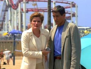 Kathryn Janeway und Chakotay in Los Angeles der Gegenwart. Screencap: Trekcore.com