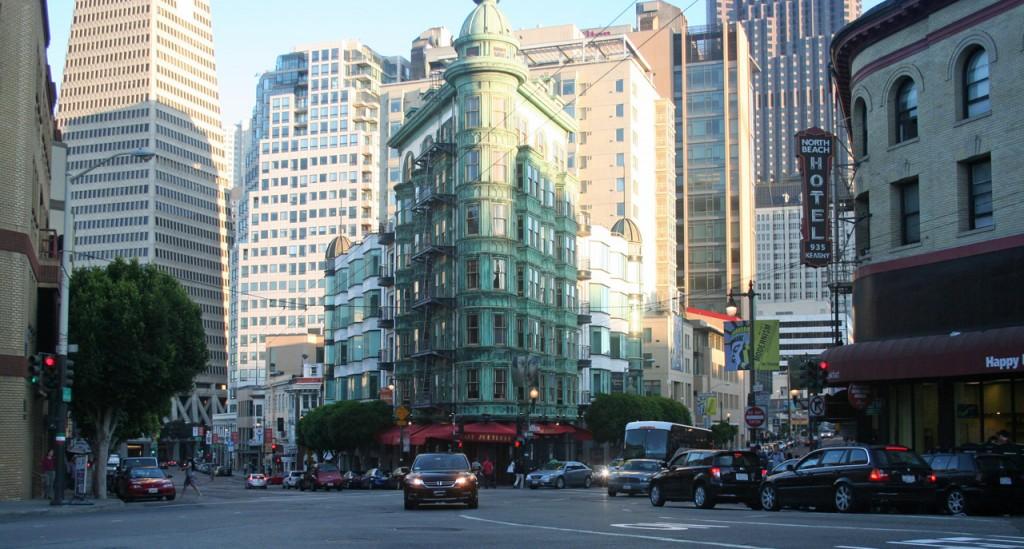 Hier kreuzen sich Columbus Avenue, Pacific Avenue und Kearny Street.
