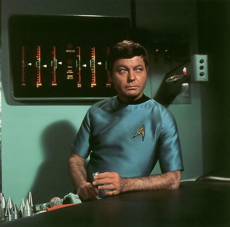 Dr. McCoy und seine medizinischen Werkzeuge (© CBS/Paramount)