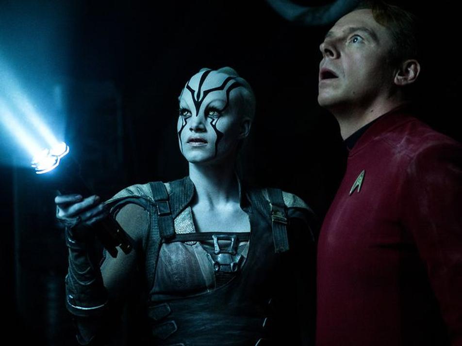 """Sofia Boutella als Jaylah und Simon Pegg, der Scotty in """"Star Trek Beyond"""" spielt (Foto: Kimberley French / Paramount Pictures)"""