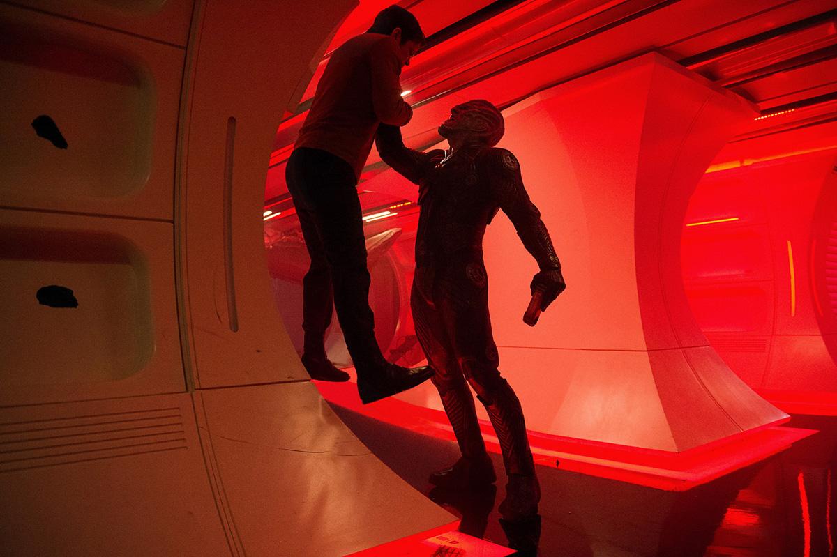Kirk und Crowl geraten in Star Trek Beyond aneinander. Foto: Kimberley French / Paramount Pictures
