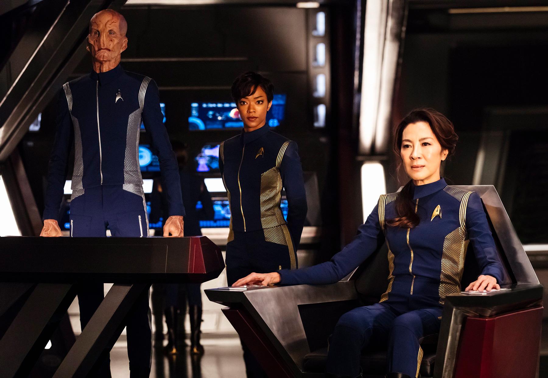 Captain Georgiou, Michael Burnham und Saru auf der Brück der USS Shenzou (Foto: CBS)